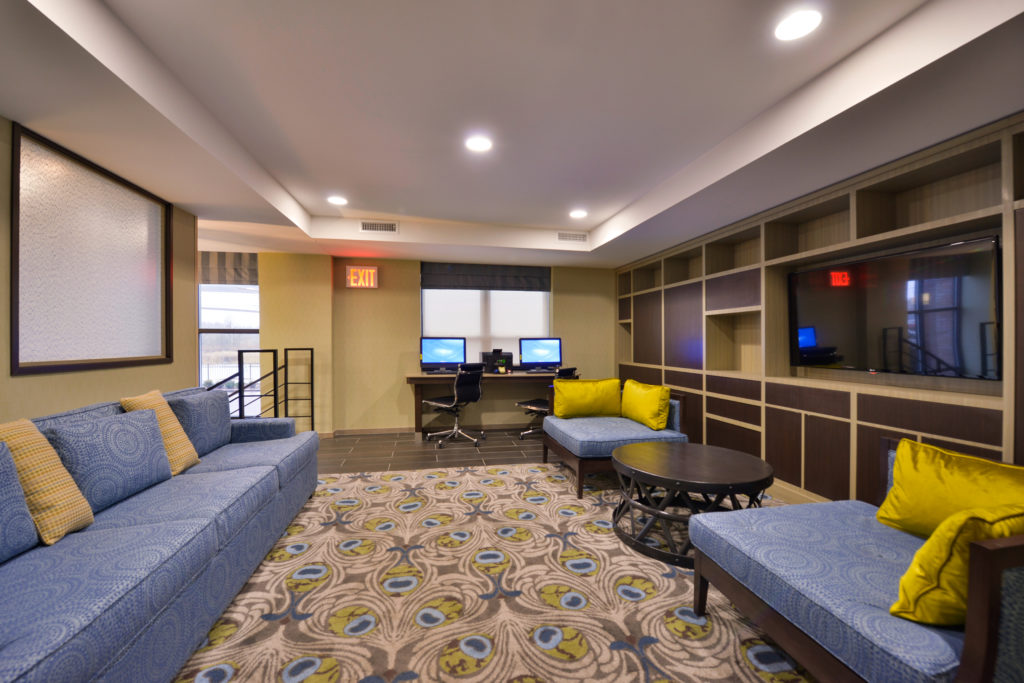 Holiday Inn New York JFK Airport Area business center and lobby seating