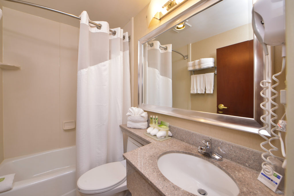 Holiday Inn Express New York JFK Airport Area bathroom