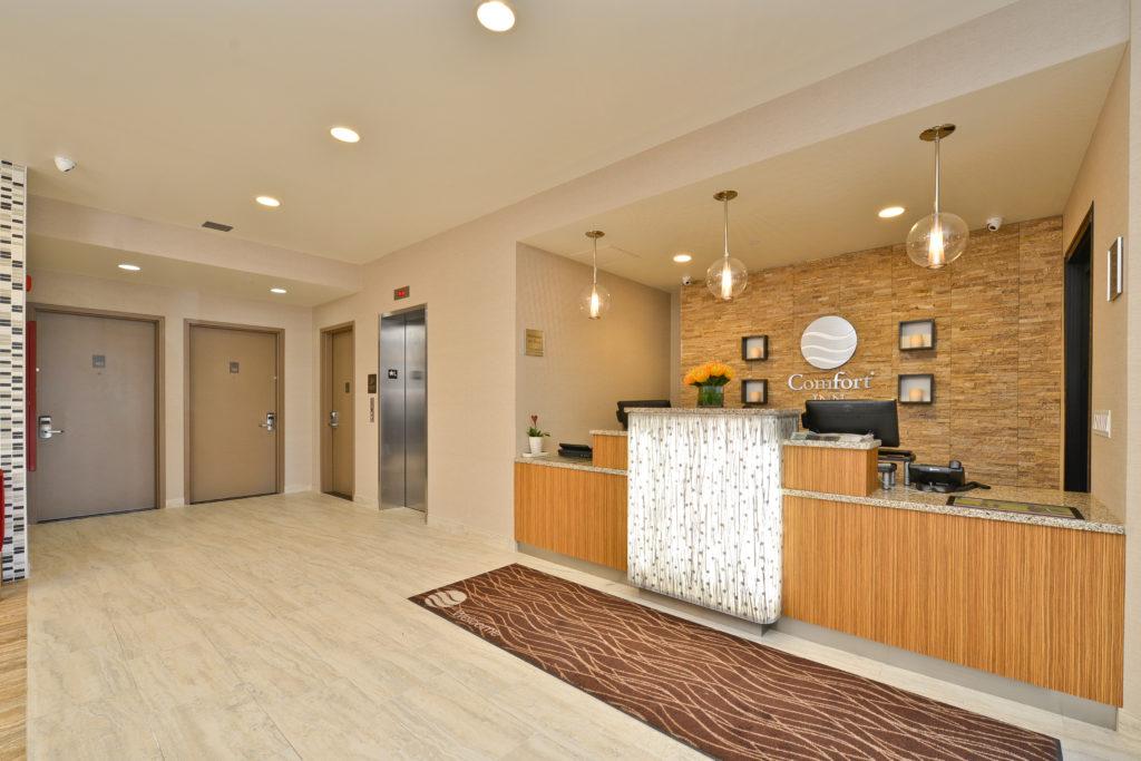 Comfort Inn Midtown West front desk and elevators