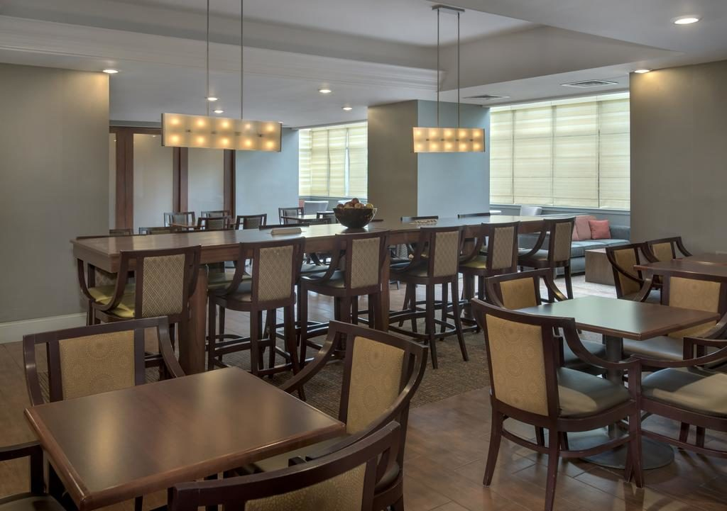 Hampton Inn NY-JFK breakfast room