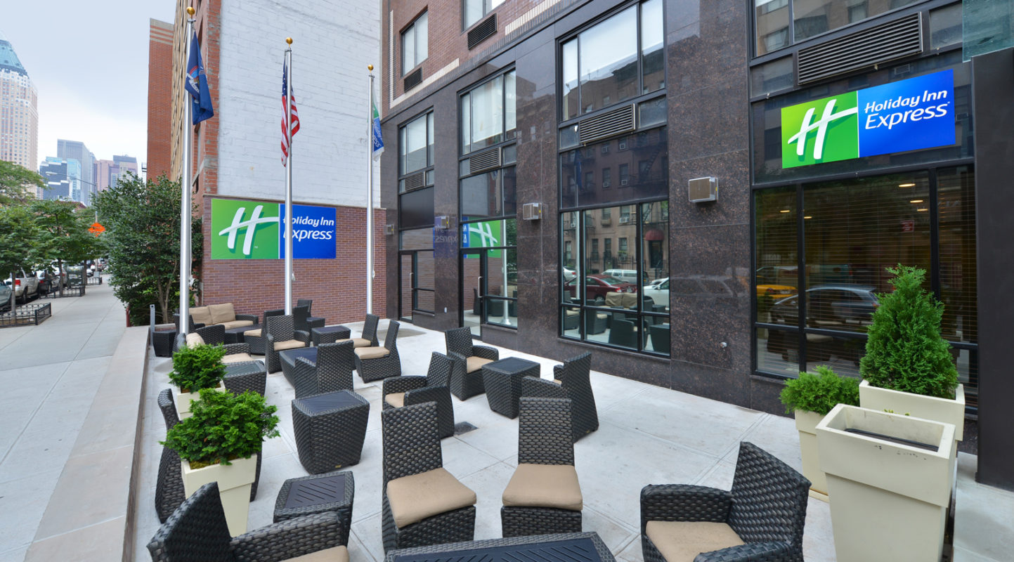 Holiday Inn Express Manhattan Midtown West outdoor courtyard