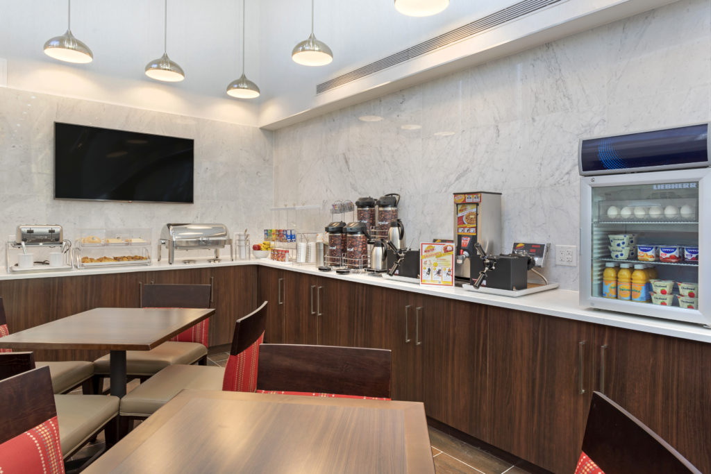 Comfort Inn Prospect Park-Brooklyn breakfast bar and seating