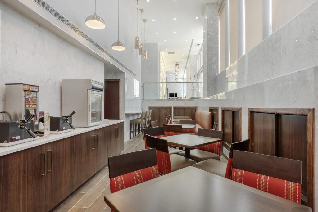 Comfort Inn Prospect Park-Brooklyn breakfast bar and seating